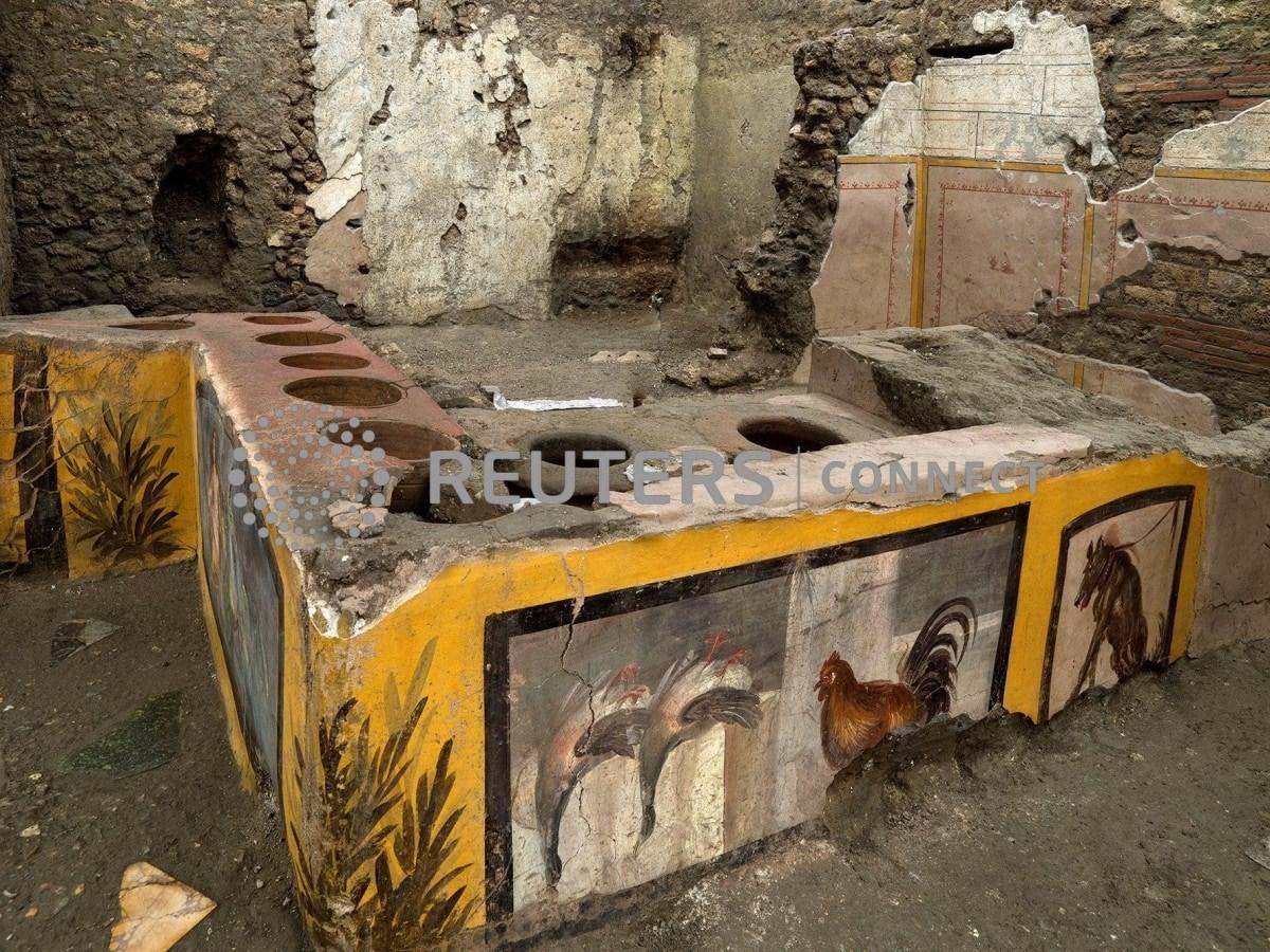 علماء الآثار يكتشفون في بومبي الإيطالية مطعماً يعود لـ2000 عام تقريباً