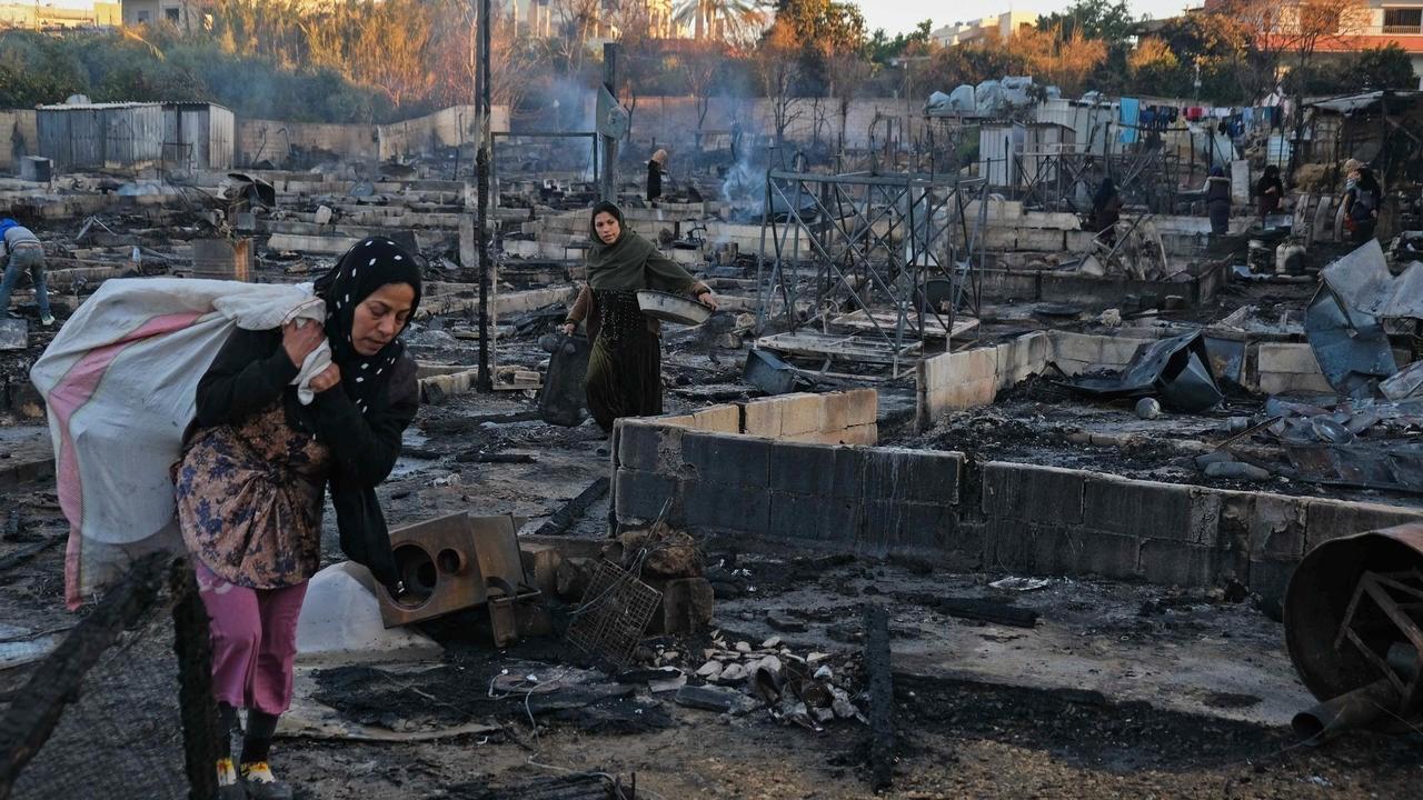 المخيم أحرق على أيدي مجموعة من الشباب إثر خلاف بين أحد السكان المحليين وعدد من العمال السوريين