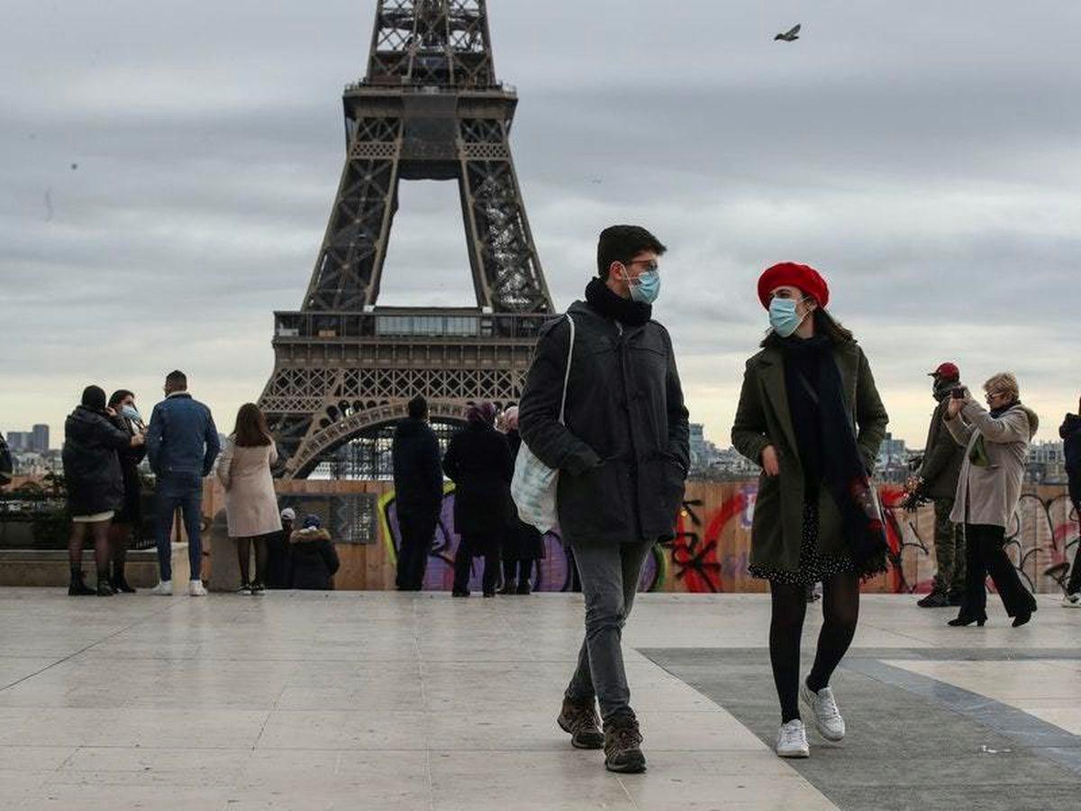 تخشى الحكومة الفرنسية من تعرّض البلاد خلال الأسابيع المقبلة لموجة وبائية ثالثة بعد الأعياد.