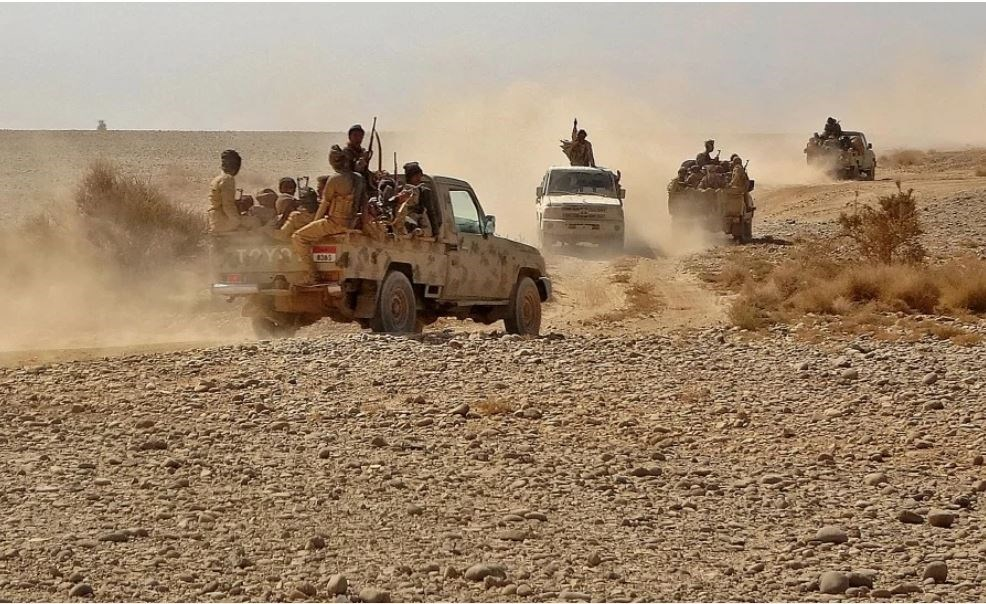 مقاتلين تابعين لقوات هادي المدعومة سعودياً خلال اشتباكات في مأرب وسط اليمن (أ.ف.ب)