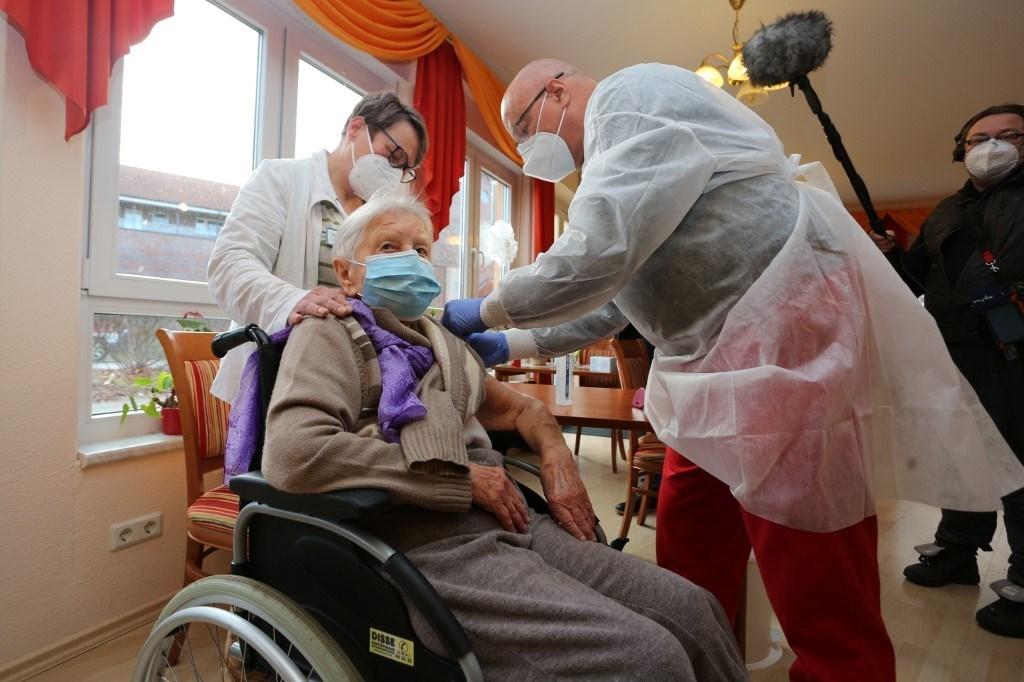 إمرأة تبلغ من العمر 101 عاماً تتلقى أول تطعيم ضد فيروس كورونا في ألمانيا (أ ف ب).