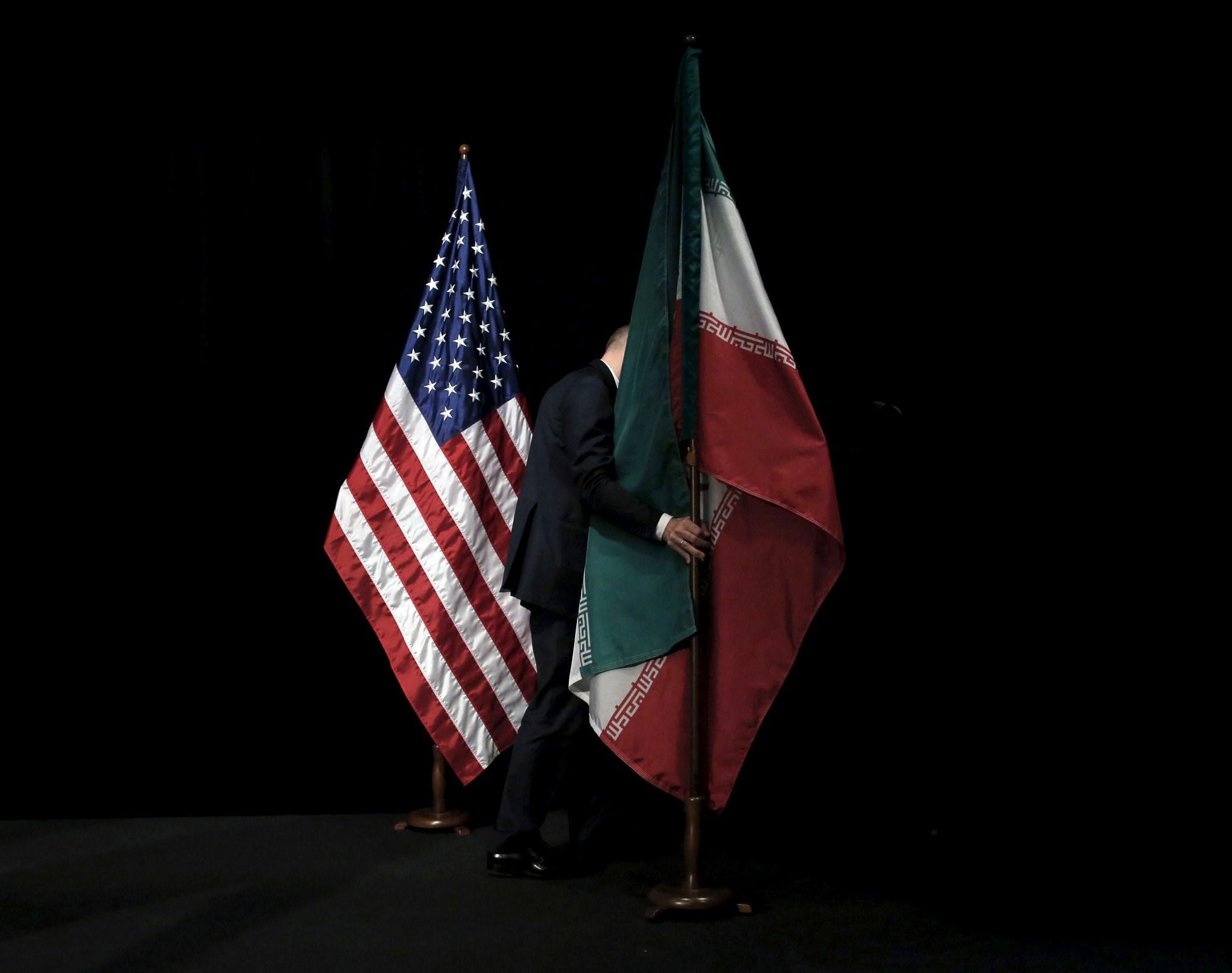 العلمان الإيراني والأميركي خلال المحادثات النووية عام 2015 (رويترز)