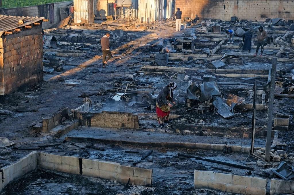الليلة المرعبة.. هذا ما تبقى من مخيم اللاجئين السوريين في بحنين المنية (أ ف ب)