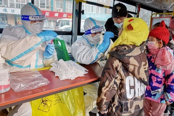 اختبار فيروس كورونا للمواطنين في مدينة داليان الصينية.