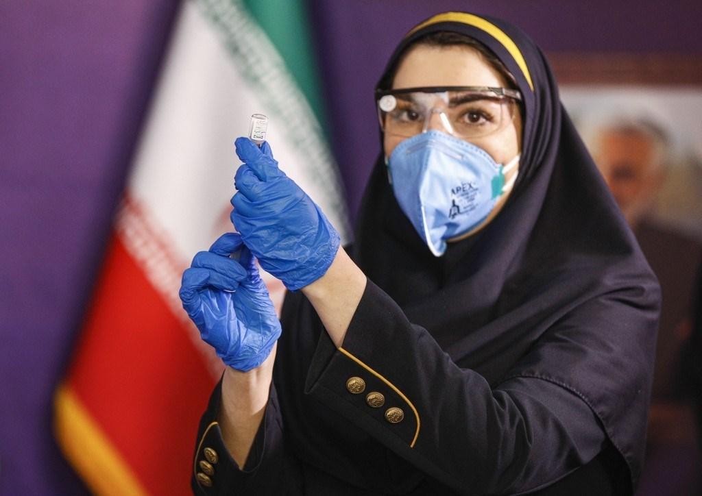 عاملة صحية تحضر الحقنة خلال المرحلة التجريبية الأولى للقاح كورونا الإيراني - 29 ديسمبر 2020 (أ.ف.ب)