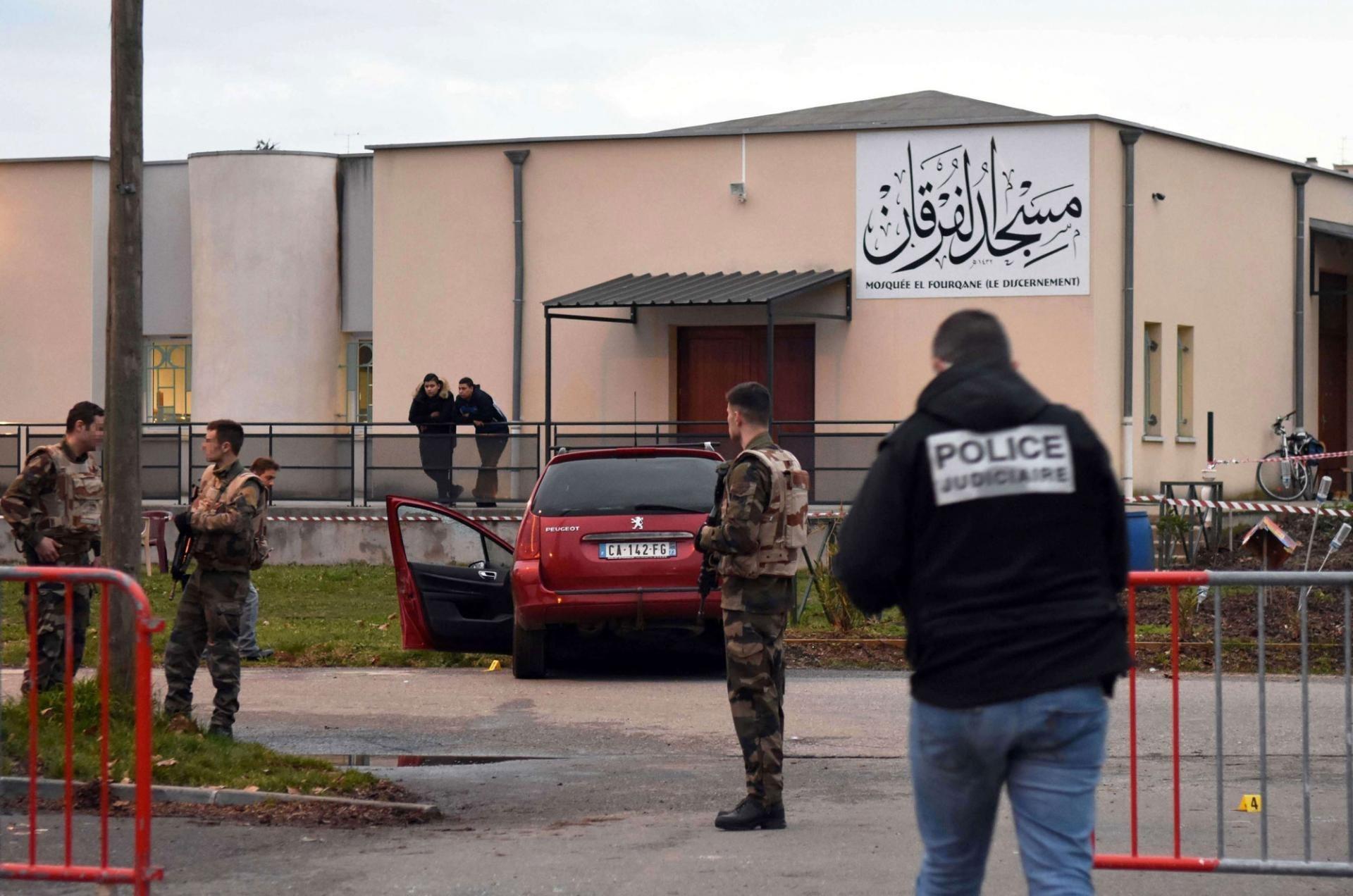 فرنسا تطلق حملة غير مسبوقة لتفتيش 76 مسجداً