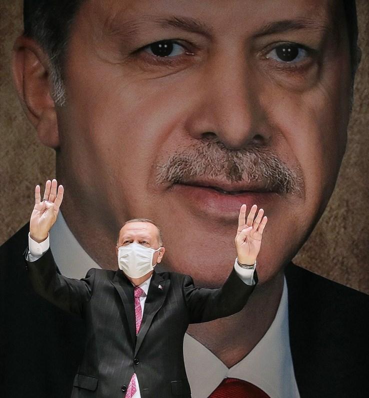 إردوغان خلال الاجتماع الموسع لحزب العدالة والتنمية في أنقرة (أ ف ب).