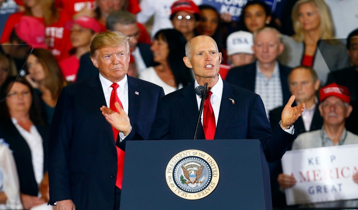 السناتور الجمهوري ريك سكوت وإلى جانبه ترامب في تجمع انتخابي.