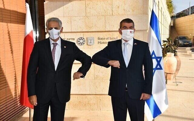 وزير الخارجية الإسرائيلي يستقبل وزير الصناعة البحريني زايد الزياني في القدس المحتلة.