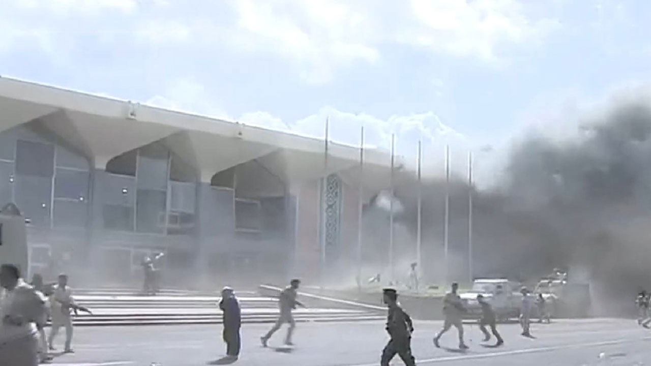 مراسل الميادين : الانفجارات في مطار عدن تزامنت مع وصول أعضاء في حكومة هادي