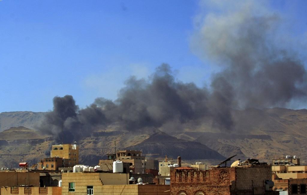 تصاعد الدخان في أعقاب غارة جوية شنّتها قوات التحالف بقيادة السعودية في صنعاء (أ ف ب).