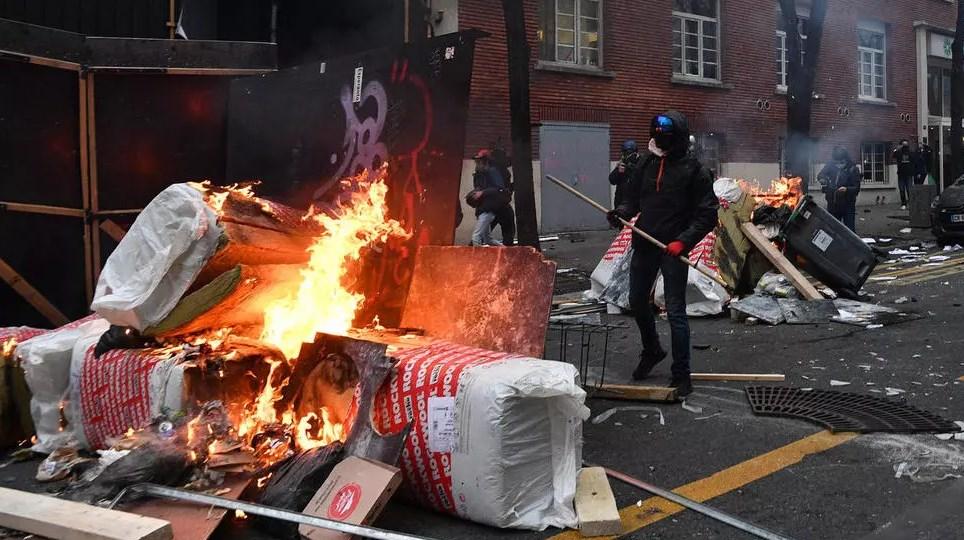 الشرطة الفرنسية أطلقت الغاز المسيل للدموع ردّاً على ألعاب نارية أطلقها المحتجون (أ ف ب)