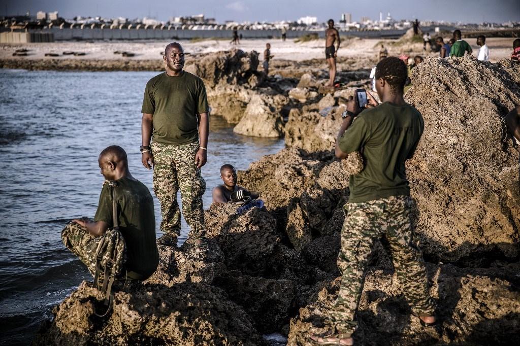صورة لمجموعة من جنود قوات الدفاع الشعبية الأوغندية المنتشرة في الصومال عام 2019 (أ ف ب).