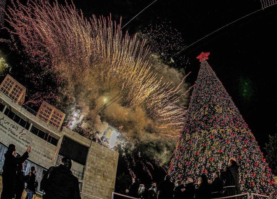 إضاءة شجرة عيد الميلاد في ساحة كنيسة المهد بمدينة بيت لحم