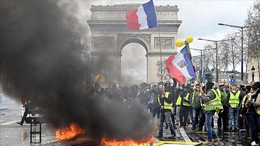 شهدت التظاهرات في العاصمة باريس حرقاً لسيارات ومصارف ووكالات عقارية