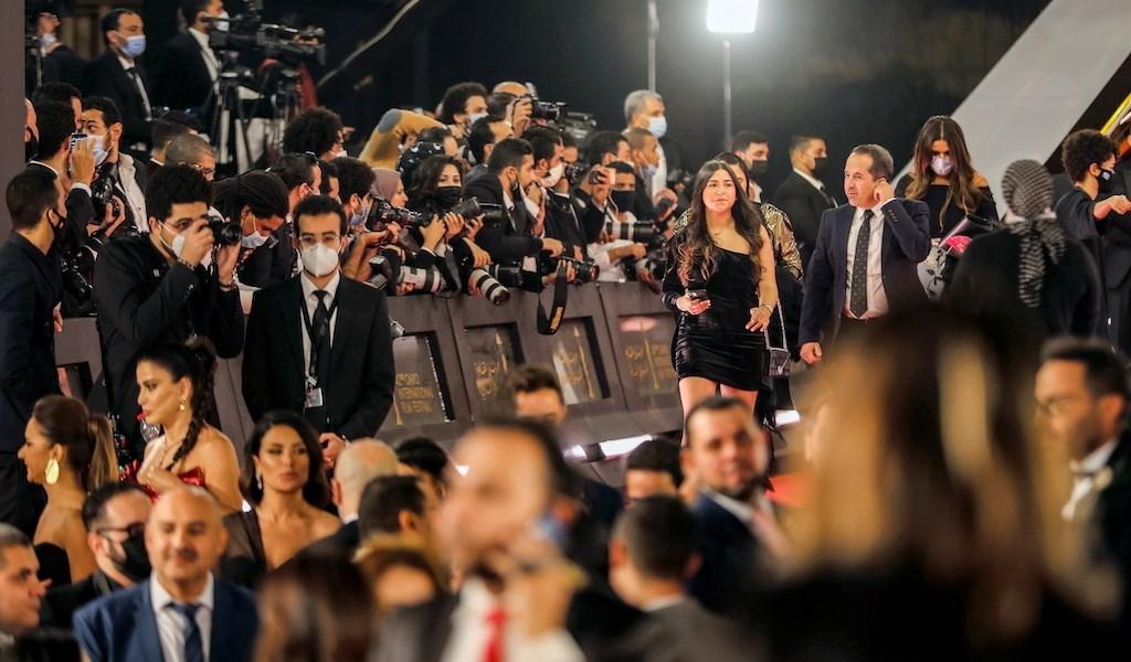 كورونا نجم أول في فعاليات مهرجان القاهرة 42