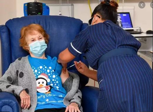 بدأ العاملون في مجال الصحة ببريطانيا تطعيم الناس بلقاح طورته شركتا فايزر وبيونتك