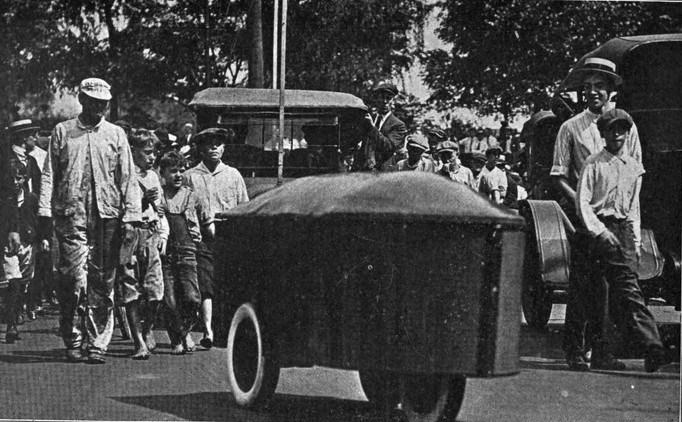 البداية كانت من الولايات المتحدة الأميركية حيث تم ابتكار أول سيارة تعمل بالتحكم اللاسلكي عن بعد.