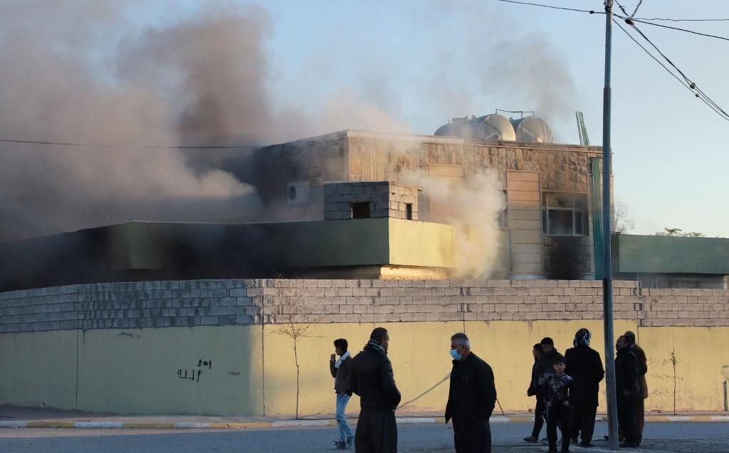 مركز شرطة تمّ إضرام النار فيه على بعد حوالي 60 كيلومترًا جنوب السليمانية (أ ف ب).