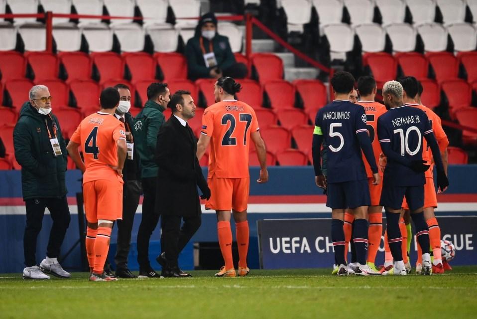 توقّفت المباراة في الدقيقة 14 بسبب عبارات عنصرية من الحكم الرابع