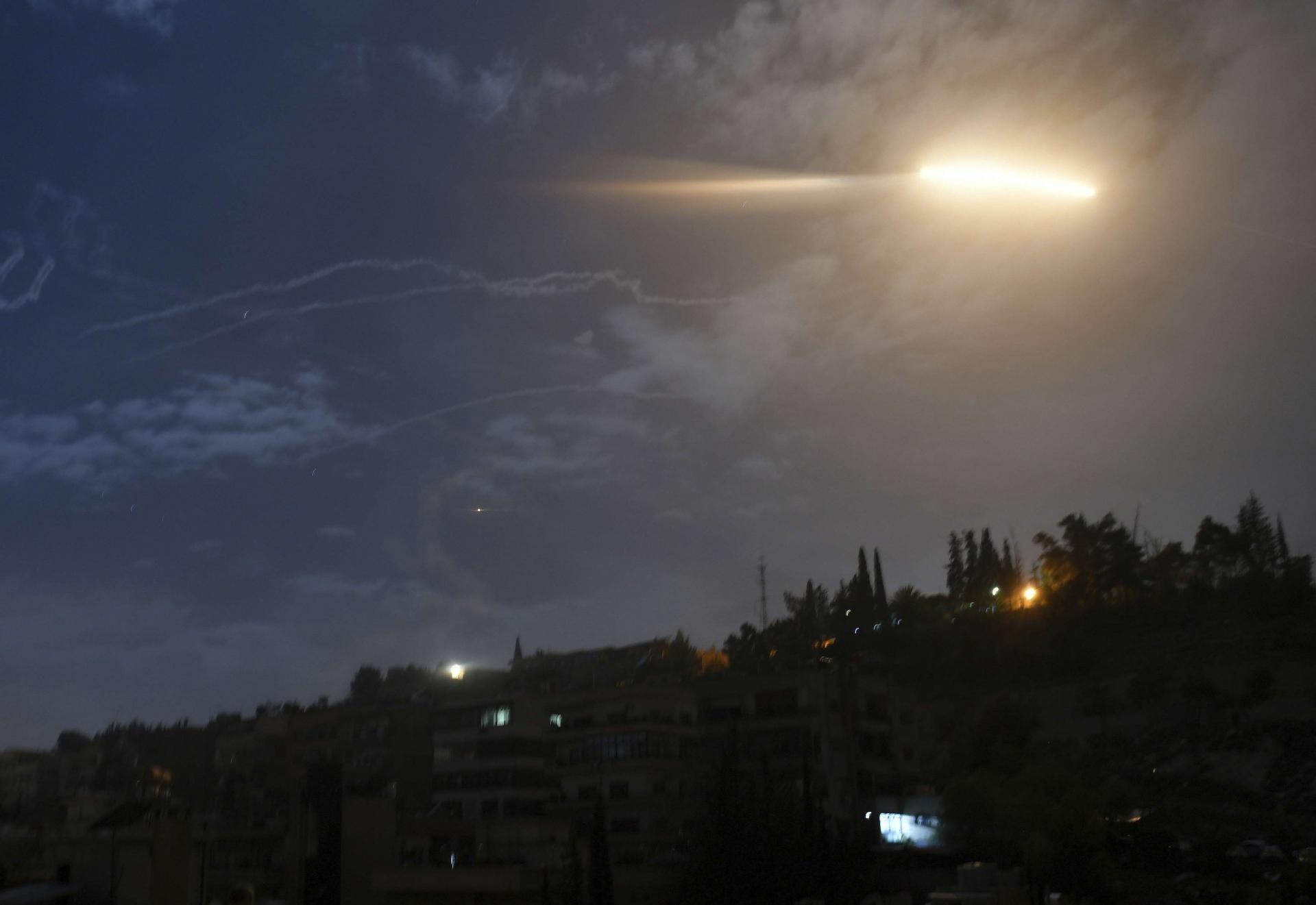 الدفاعات الجوية السورية تسقط صواريخ إسرائيلية