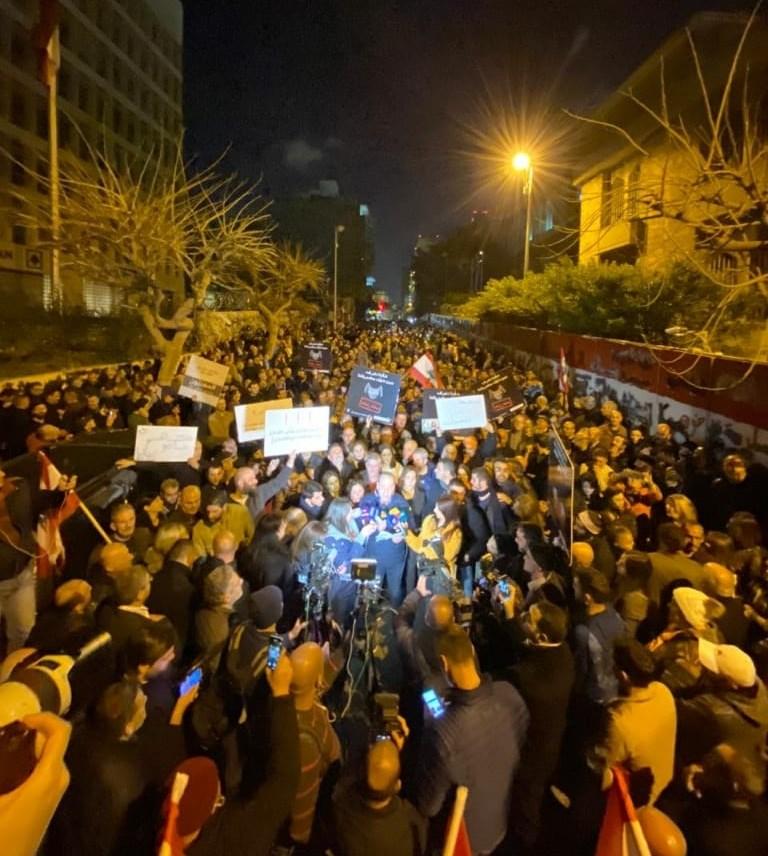 من المظاهرات أمام المصرف المركزي أمس في بيروت (تويتر)