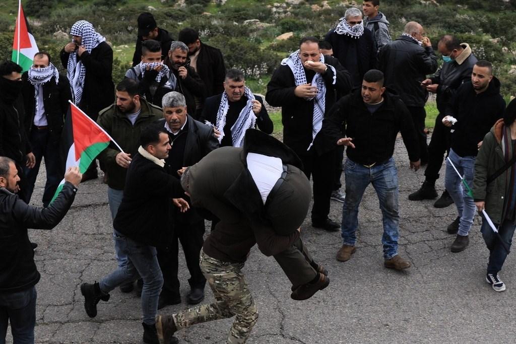 الاحتلال يعتدي على فلسطينيين تظاهروا ضد ضم الأغوار