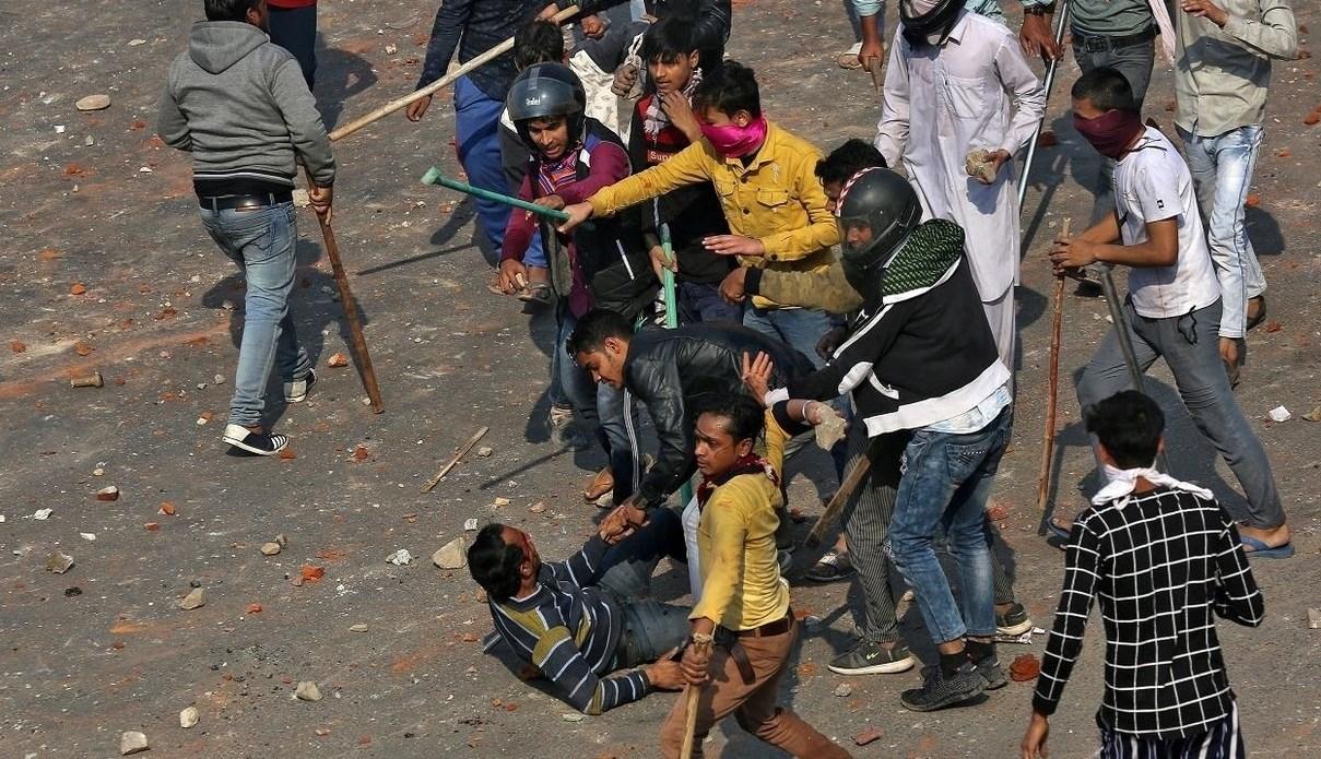 """على خلفية """"قانون الجنسية"""".. حصيلة الصدامات العنيفة في الهند ترتفع إلى 20 قتيلاً"""