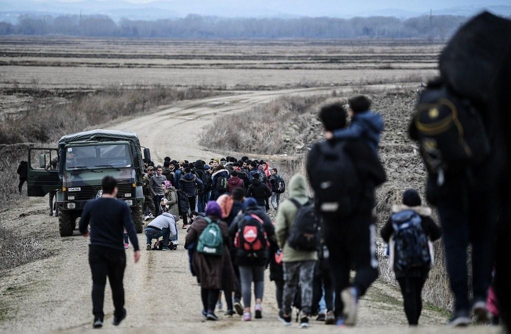 اللاجئون يواصلون التدفق نحو الحدود التركية إلى أوروبا