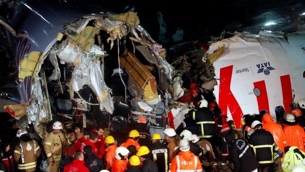 قتلى وجرحى جراء انشطار الطائرة التركية لدى هبوطها في مطار صبيحة في اسطنبول