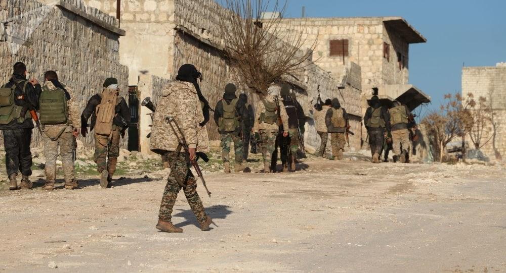 الجيش السوري يبدأ بتمشيط سراقب وإزالة الألغام والمفخخات فيها