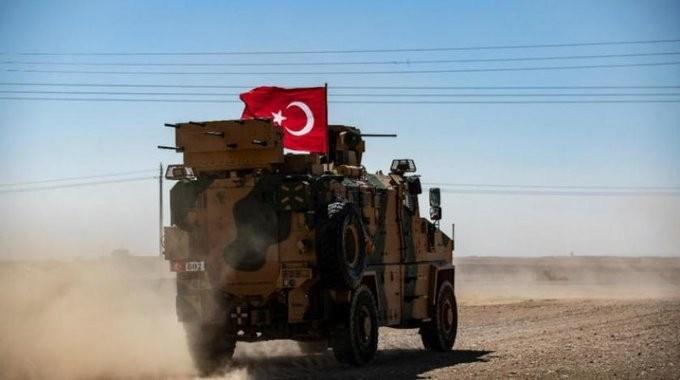 تركيا تبدأ بسحب الأسلحة الثقيلة من نقاط مراقبتها في إدلب