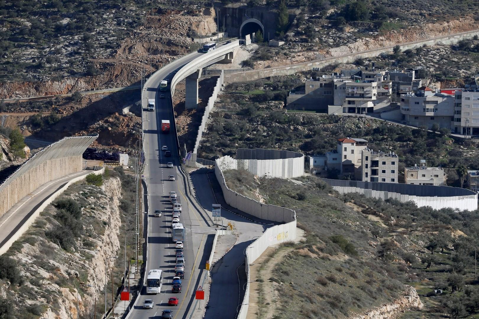 """""""هآرتس"""": حكومة اليمين تخطط لبناء طريق جديدة في الضفة الغربية وتعمّق الأبرتهايد"""
