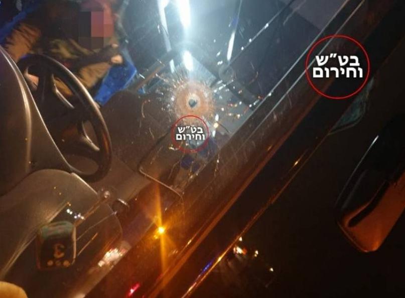 مقاومون فلسطينيون يهاجمون بالرصاص سيارة مستوطنين غرب رام الله