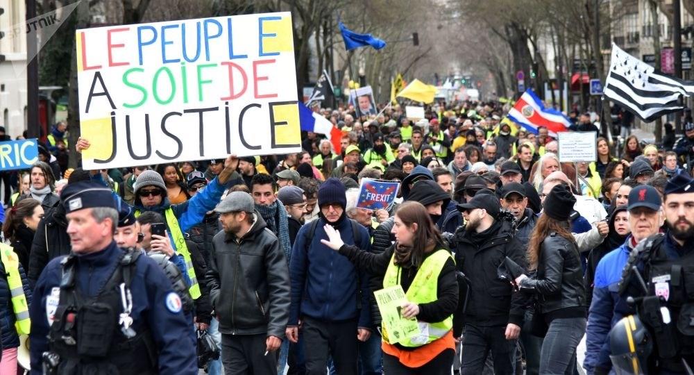 السترات الصفر تتحدى حظر التجمعات في فرنسا