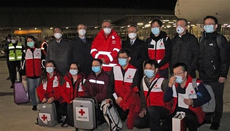 فريق من الأطباء والخبراء الصينيين يصل إلى إيطاليا لمساعدتها في مكافحة كورونا