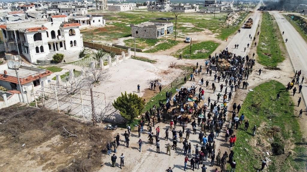محتجون يحاولون عرقلة مرور أولى الدوريات على اوتوستراد حلب - اللاذقية