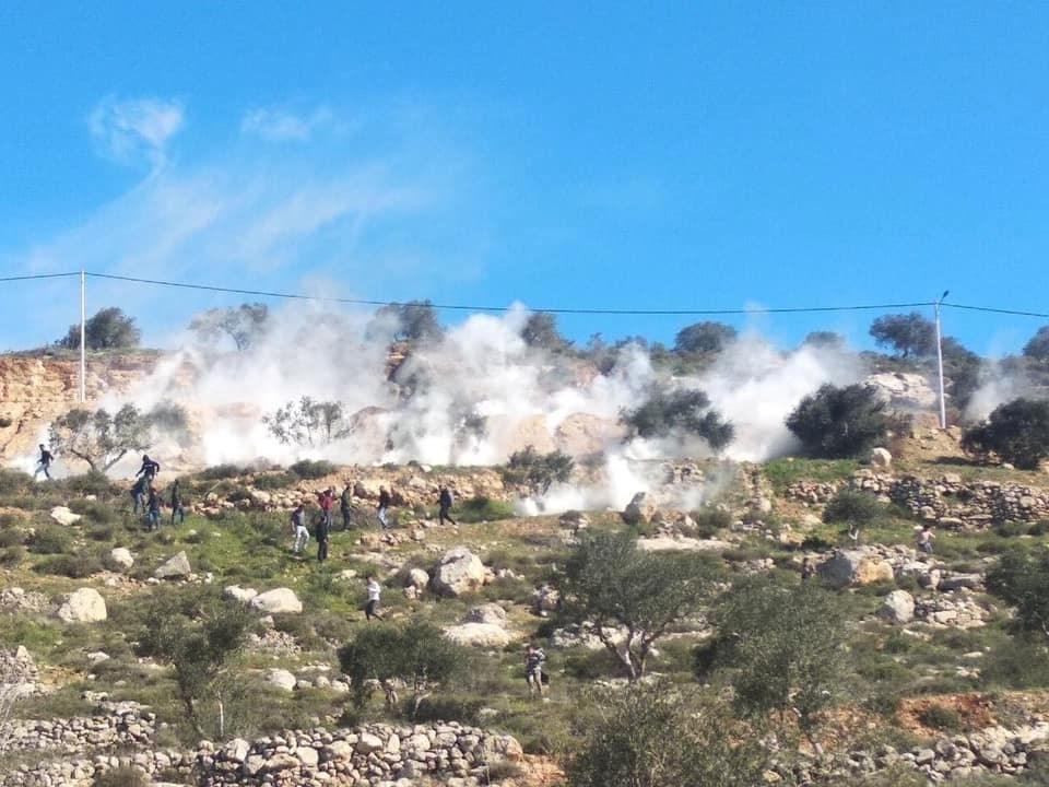شبان يتصدون لاقتحام قوات الاحتلال الإسرائيلي جبل العرمة