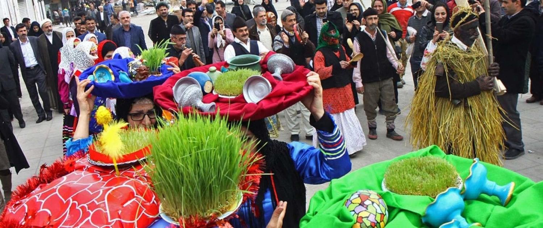 """الإيرانيون و""""النوروز"""".. كيف طغت السعادة بالعيد على عبء كورونا؟"""