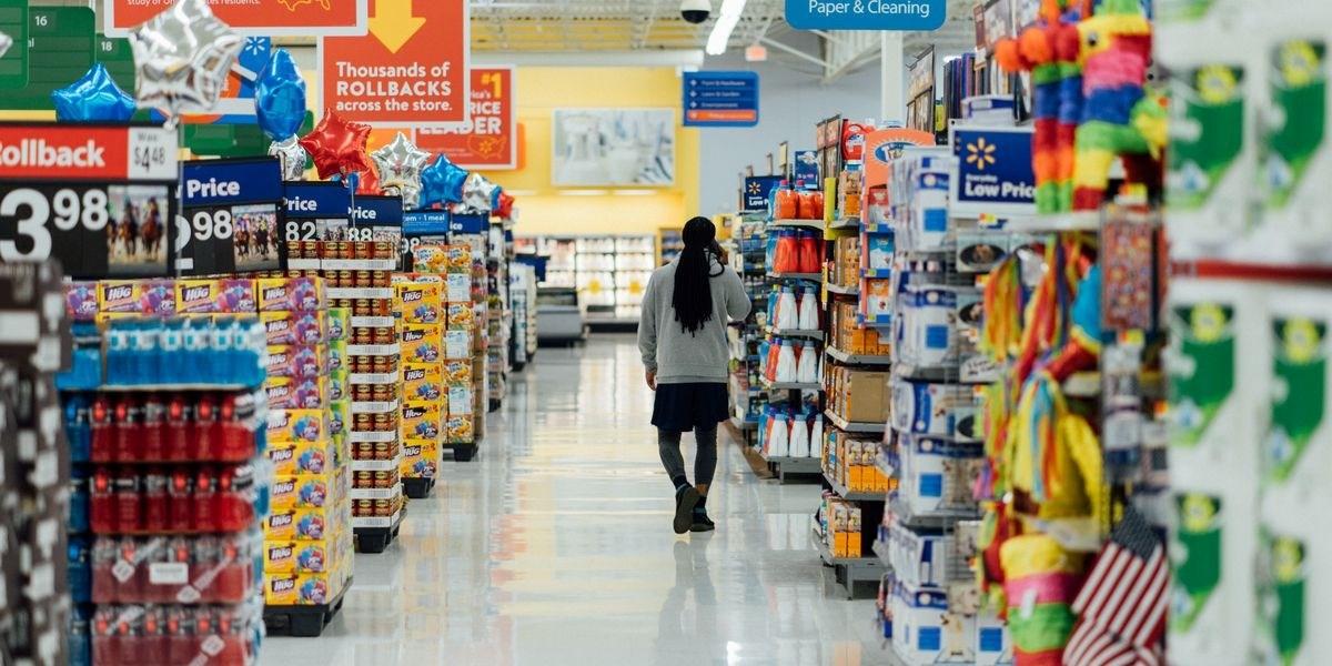 وسط هلع التسوق بسبب كورونا.. امرأة تنجب مولودها في متجر أميركي!