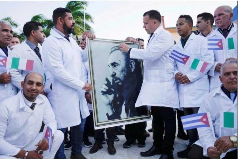 الوفد الطبي الكوبي لمكافحة كورونا يستقبل بحفاوة في إيطاليا (فيديو)
