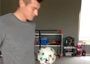 """كروس و""""تحدّي البقاء في المنزل""""... هذا ما فعله (فيديو)"""