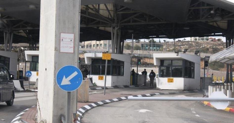 """""""هآرتس"""": السلطات الإسرائيلية تدرس إقفال حاجز شعفاط"""