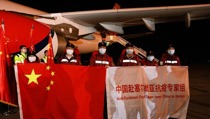 الرئيس الصربي يقبّل علم الصين: أنقذتم المئات بل الآلاف