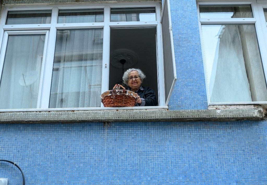 مع كورونا.. سلال المسنين تعود لتتدلى من نوافذ اسطنبول