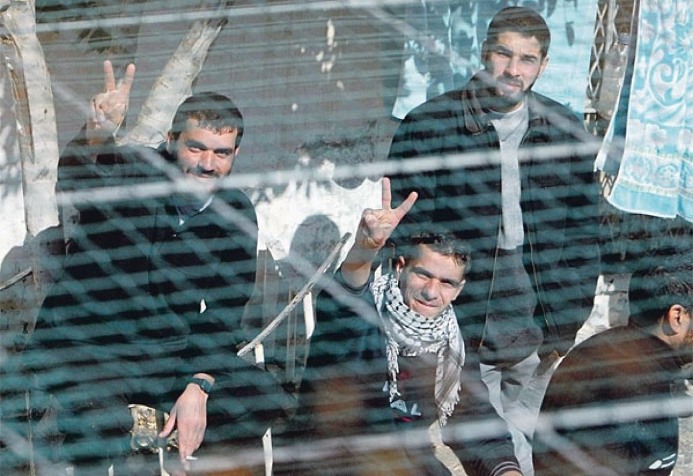 """في السجن لعقدين أو أكثر... ماذا تعرفون عن """"عمداء"""" الأسرى الفلسطينيين؟"""