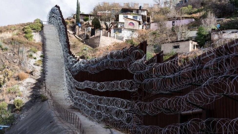 مكسيكيون يغلقون معبراً حدودياً مع الولايات المتحدة خشية انتشار كورونا