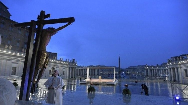 بابا الفاتيكان يترأس صلاة لمواجهة كورونا: زمن إعادة تصويب الدرب