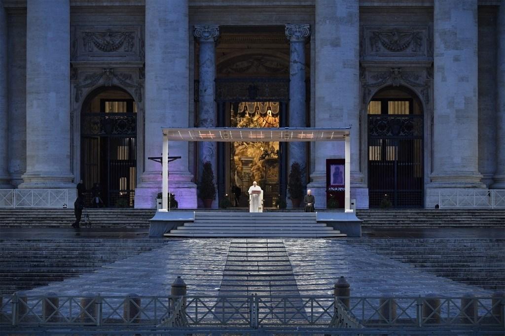 الفاتيكان: البابا فرنسيس بخير