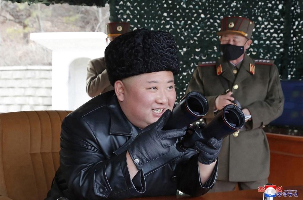 الزعيم الكوري الشماليّ يشرف على تدريبات لمدفعية طويلة المدى